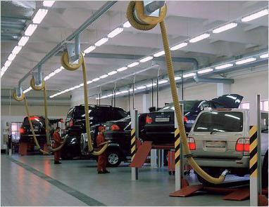 Гибкие вытяжные воздуховоды подведены к каждому подъемнику в автосервисе
