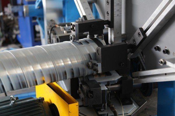 Фрагмент рабочего процесса, видно, как ролики прикатывают металл для большей герметичности