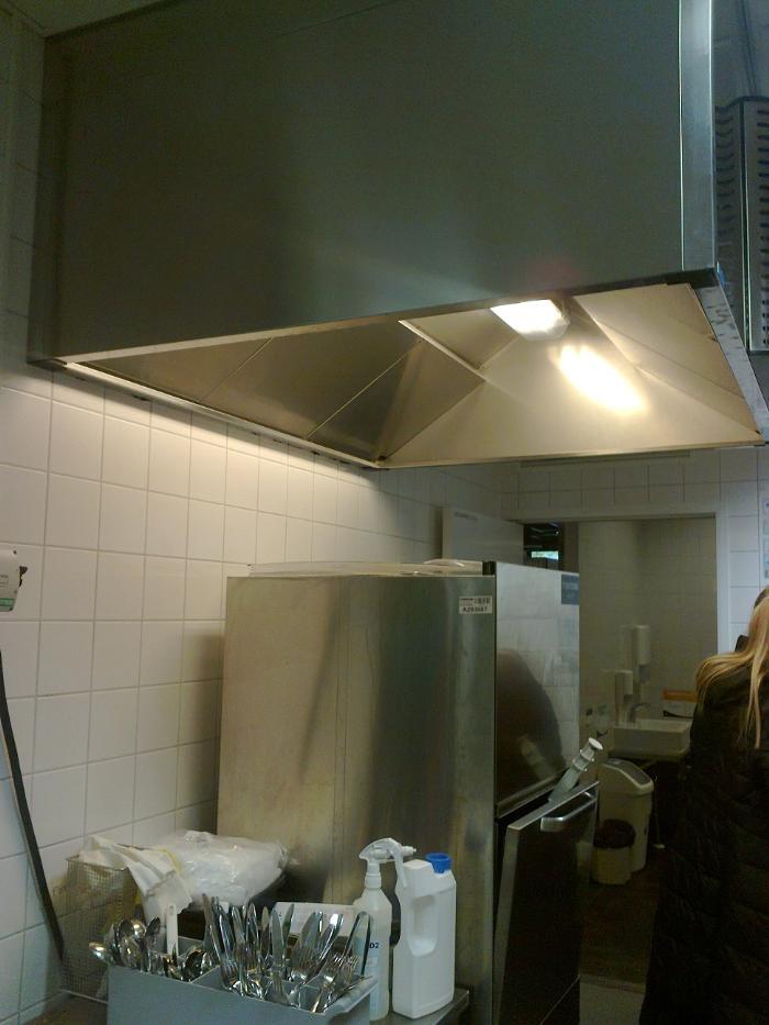 Вытяжной зонт над посудомоечной машиной. Фотография оригинальная, Jeven Финляндия 2014 год.