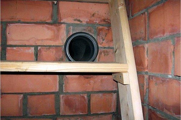 Вытяжка без вентилятора в кирпичной стене