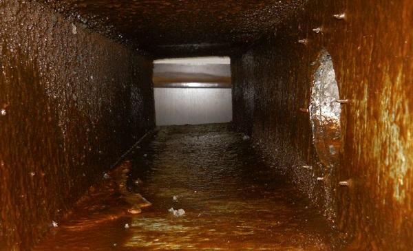 Сильное загрязнение жиром вентиляционного канала