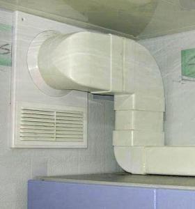 Пластиковый вентиляционный канал удачно вписывается в интерьер