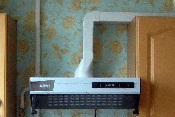 Пластиковый воздуховод на кухне