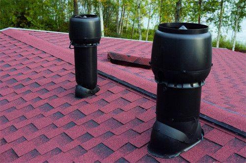 Дефлектором оснащены обе вентиляционные трубы