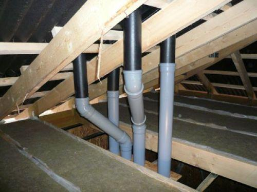 На фото – пример удачного размещения вентиляции, трубы проходят между планками обрешетки и не упираются в стропила