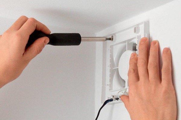 Шаг 5: Фиксация нижней части корпуса вентилятора
