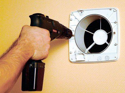 Прочистка вентиляции в квартире возможна после демонтажа решётки и вентилятора