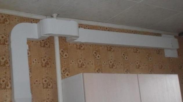 Прямоугольный ПВХ воздуховод в комнате