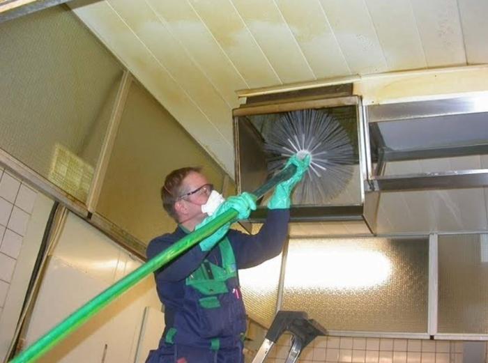 Очистка вентиляционной системы с помощью промышленного «ерша»
