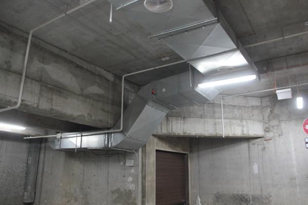 Безопаснее всего, разумеется, использовать воздуховоды из оцинковки. Именно они применяются в производственных помещениях.
