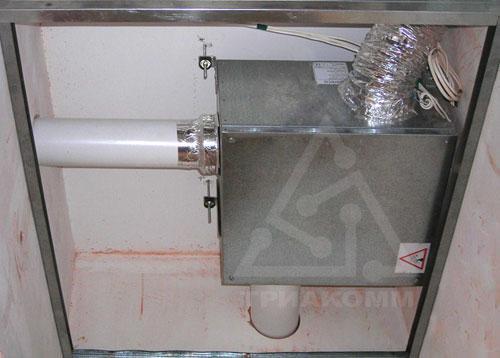 Вытяжной вентилятор Аэрэко «прячется» вверху в нише в подсобном помещении квартиры