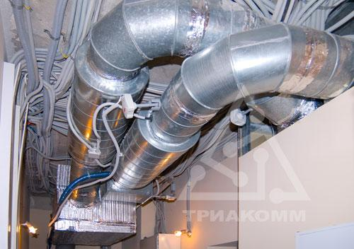 Приточно-вытяжная вентиляционная установка и воздуховоды в подсобном квартирном помещении