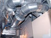 Вентиляционная установка, шумоглушители и воздуховоды в подсобном помещении