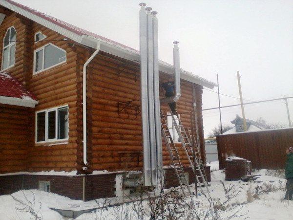 На фото – наружная вентиляция деревянного дома из металлических труб