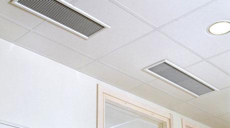 Задачу воздухораспределения решают такие решетки, смонтированные под потолком