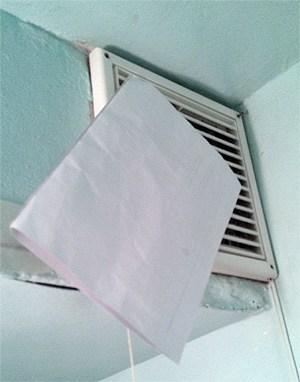 Проверка вентиляции листком бумаги