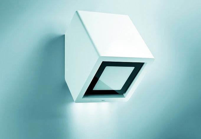 Пристенные вытяжки могут иметь самые различные формы, к примеру, как на фото - в виде куба