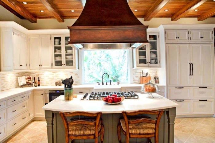 На помощь хозяйке придет кухонная вытяжка, которая устранит все неприятные моменты и обеспечит помещение свежей атмосферой