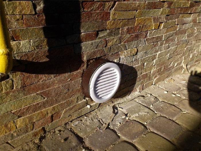 Можно регулировать интенсивность воздухообмена в подвале, если установить на отдушины заслонки. Их прикрывают в морозные дни, чтобы сохранить в подполе положительную температуру