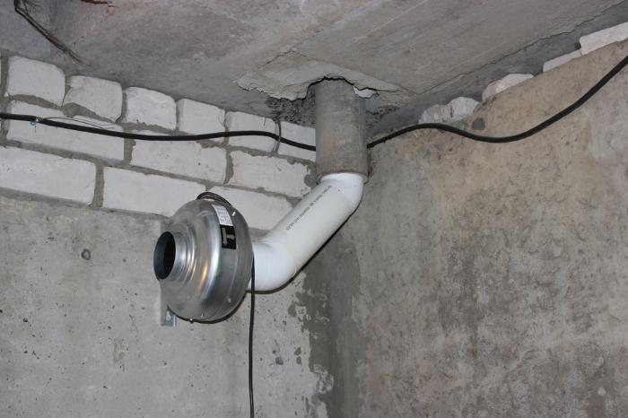 Вентиляцию можно организовать с помощью вентилятора