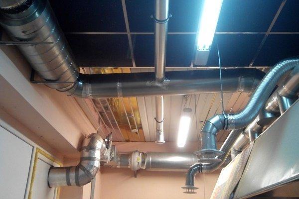 Смонтированные вентканалы под потолком