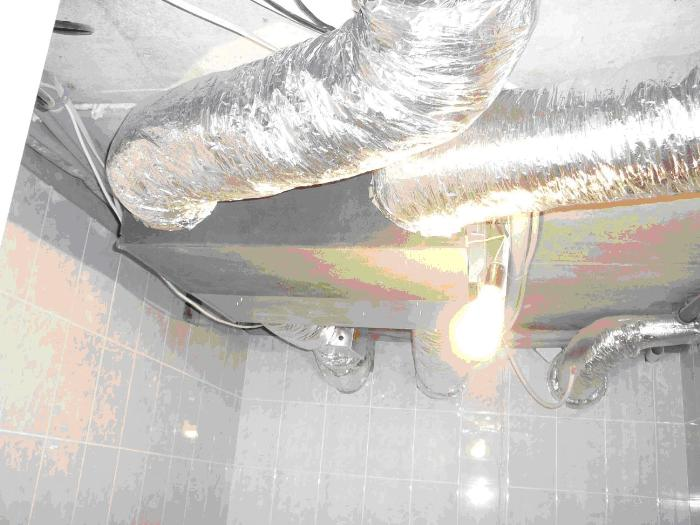 Вентиляционная установка закреплена на потолке