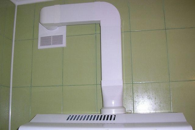 Для вытяжки, в идеале, требуется отдельный вентиляционный канал. Как исключение – объединение с кухонной вентиляцией, но с применением специального автоматического клапана