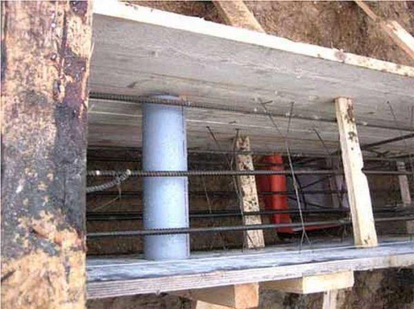 Установлены пластиковые трубы для отдушин в цоколе