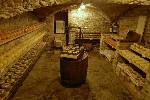 На фото: погреб для хранения сыров, требующий особо бережного отношения к организации вентиляции