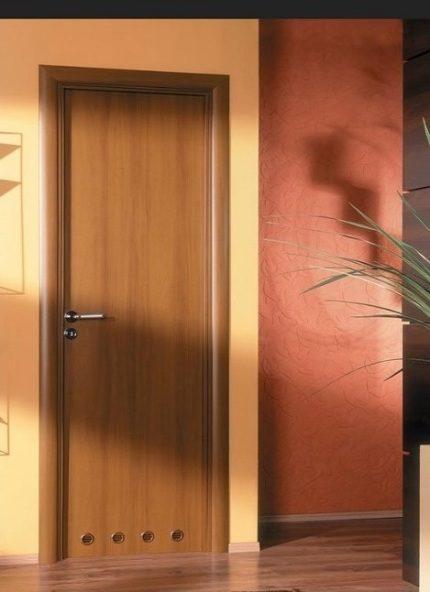 Двери для ванной с отверстиями