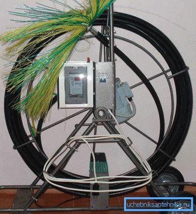 Устройство для чистки воздуховодов на этом фото оснащено щеткой на гибком валу.