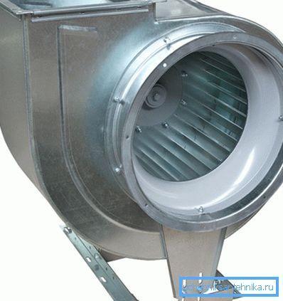При увеличении зазора между передним диском рабочего колеса и всасывающим патрубком производительность вентилятора резко падает.