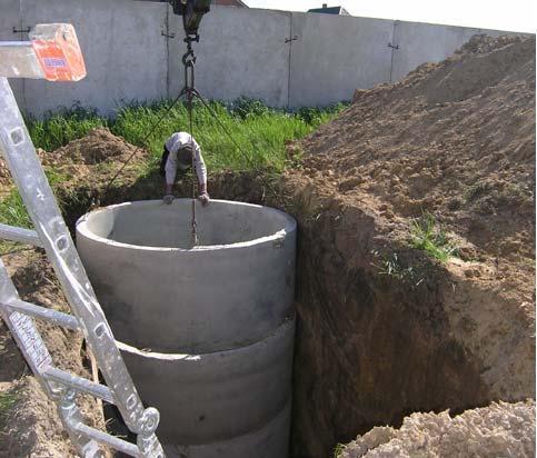 Установка бетонных колец автокраном