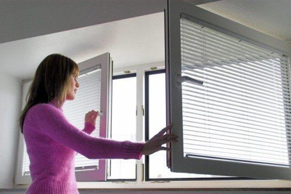 Открытые окна – традиционный способ освежить атмосферу в жилье