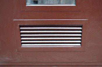 Дверь с вентиляционной решеткой.