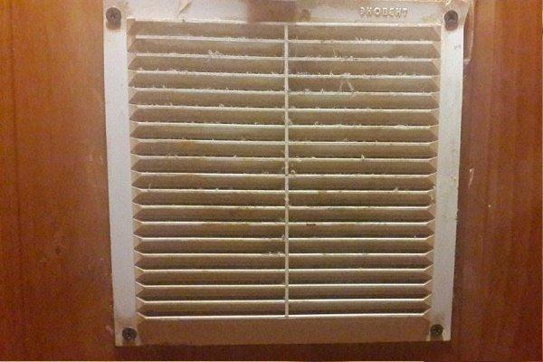 Загрязненная вентиляционная решетка