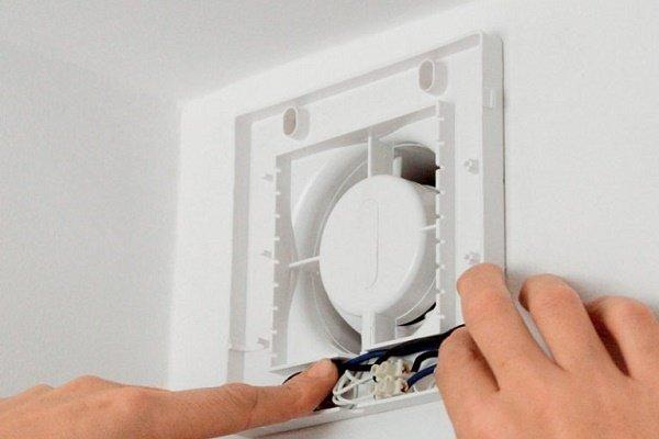 Этап 6: Подключение проводки к вентилирующему устройству