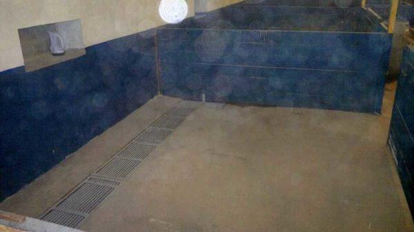 Для удобной уборки щелевой пол можно сделать в каком-то одном месте