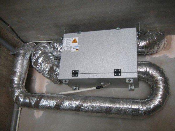 На фото - оборудование для принудительного воздухообмена в помещении