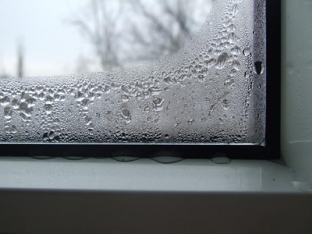 Конденсат на пластиковом окне.