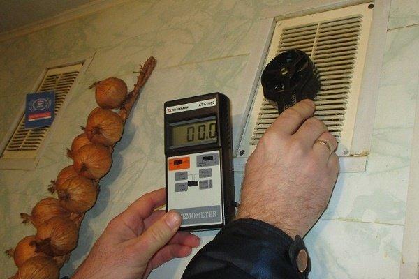 Проверка вентиляции с помощью анемометра