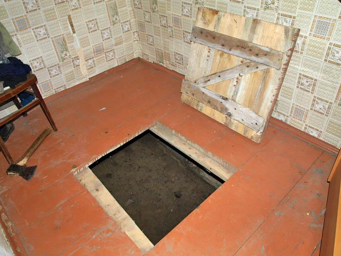 Отставной люк в подполье в деревянном полу