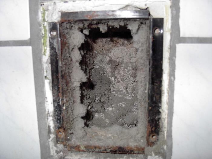 Очень может быть, что за решеткой вентиляции шахта забита грязью