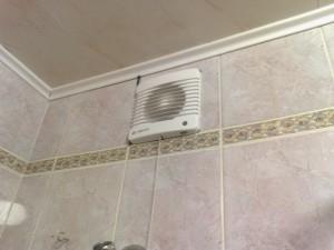 Фото установленного вентилятора в ванной