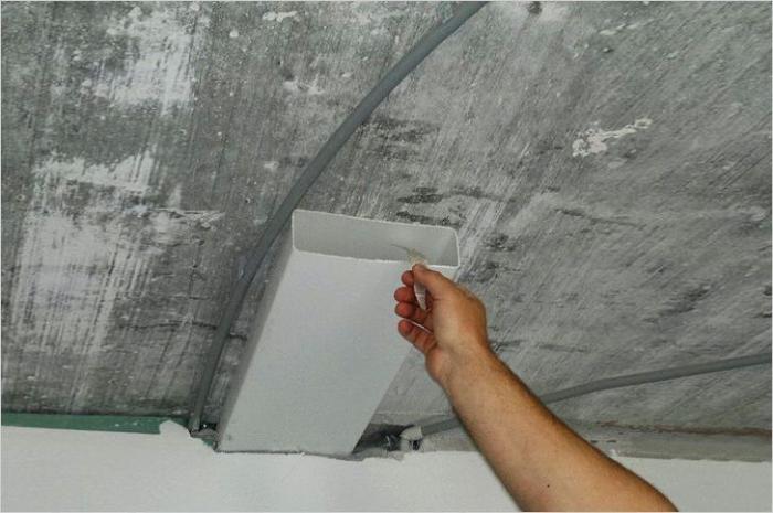Пластиковая прямоугольная труба под потолком