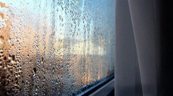 Эффект «плачущих стен» вы можете наблюдать на окнах во время резких похолоданий.