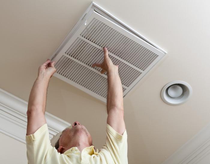 Процесс установки потолочной системы естественной вентиляции