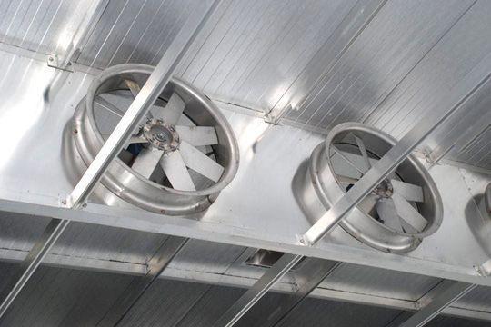 Воздухозаборы размещены на минимальном расстоянии от потолка.