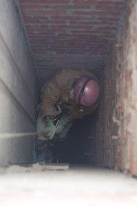 в крупные шахты рабочий спускается на специальном снаряжении