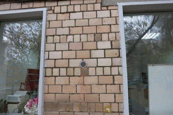 Этап 8: Вид мини вентиляции на фасаде дома